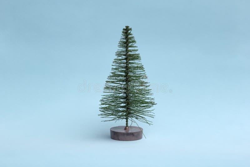 Рождественская елка на голубой предпосылке в минимальном стиле Орнаменты рождества, Новый Год и концепция зимы стоковые фотографии rf