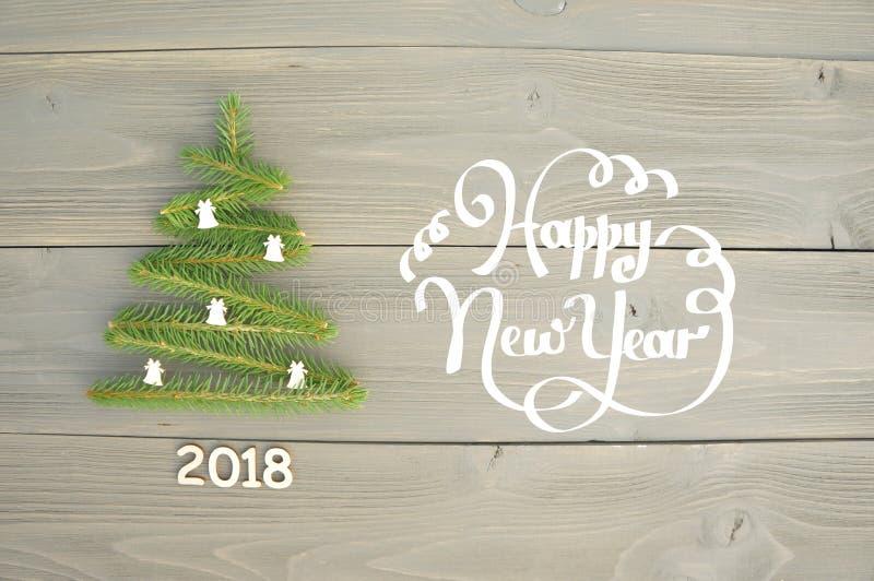 Рождественская елка на деревянной предпосылке счастливое Новый Год стоковые фотографии rf