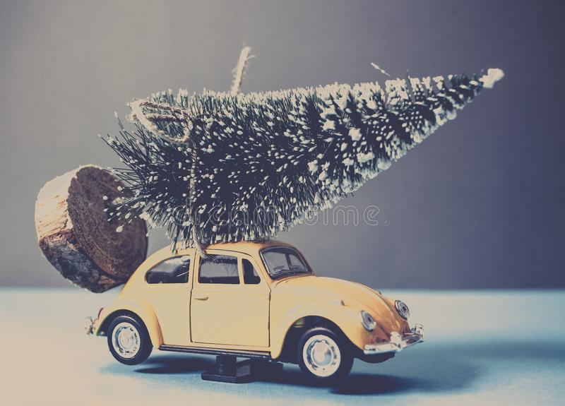 рождественская елка на желтом автомобиле игрушки стоковые фотографии rf
