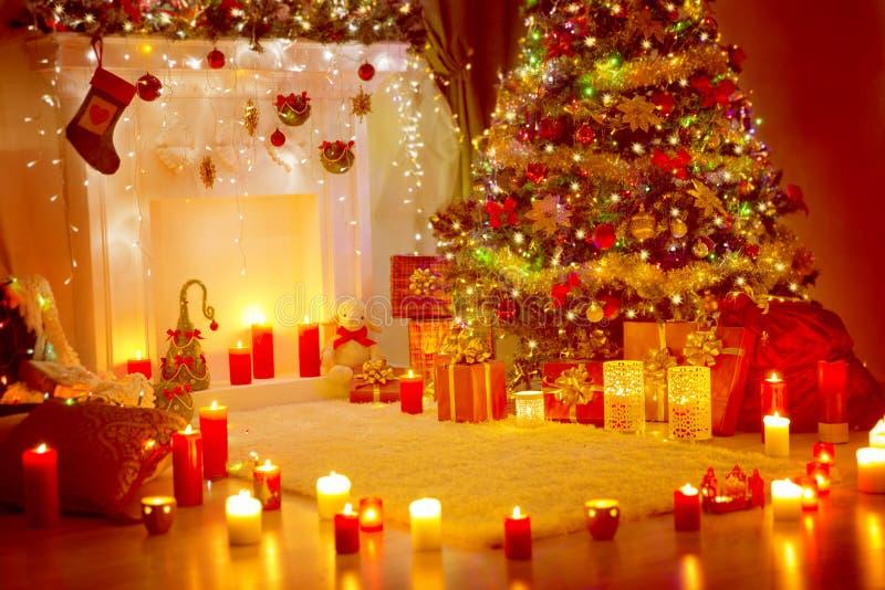 Рождественская елка, подарки настоящих моментов и камин, комната дома отдыха стоковое фото rf
