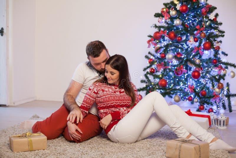 Рождественская елка подарков на рождество человека и женщины открытая с Новым Годом гирлянды стоковое изображение rf