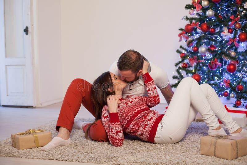 Рождественская елка подарков на рождество человека и женщины открытая с Новым Годом гирлянды стоковые фотографии rf