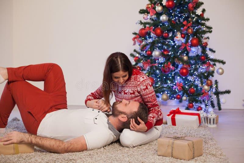 Рождественская елка подарков на рождество человека и женщины открытая с Новым Годом гирлянды стоковая фотография rf