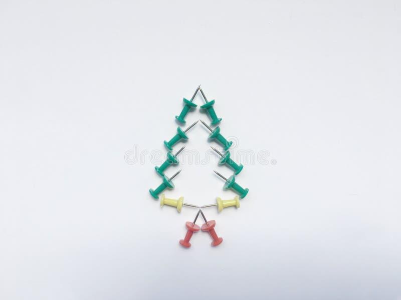 Рождественская елка сделанная красочными штырями изолировать на белой предпосылке стоковые фотографии rf