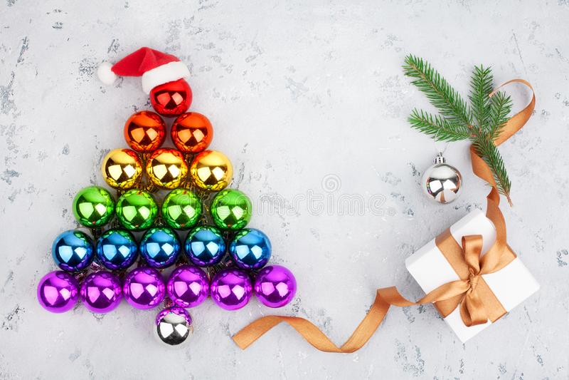Рождественская елка сделанная цветов флага радуги общины стеклянных шариков LGBTQ украшений, шляпа Санта Клауса, подарочная короб стоковая фотография