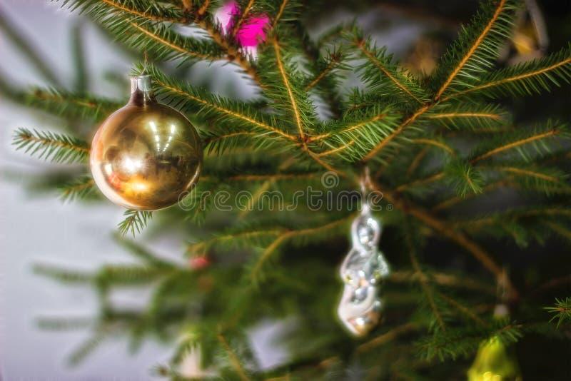 Рождественская елка с безделушками на темной предпосылке стоковые изображения rf