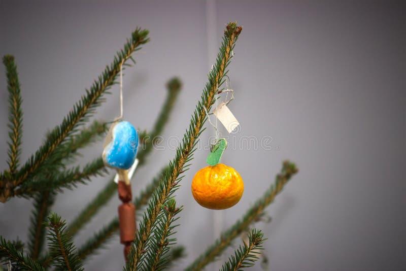 Рождественская елка с безделушками на темной предпосылке стоковые фотографии rf
