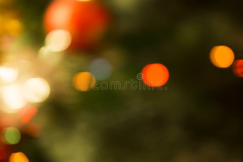 Рождественская елка с гирляндами внутри из фокуса стоковое фото rf