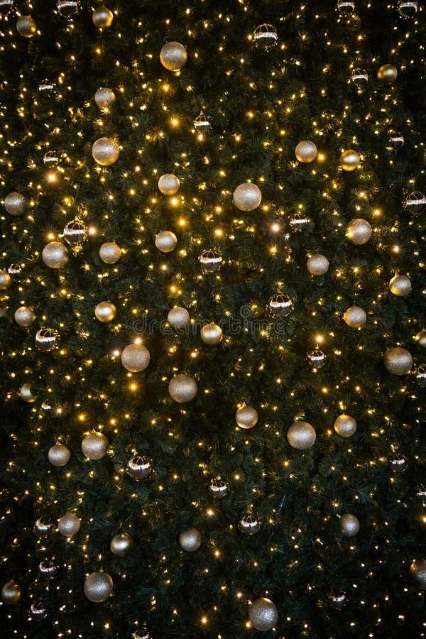 Рождественская елка с золотыми огнями и фоном шариков стоковое фото