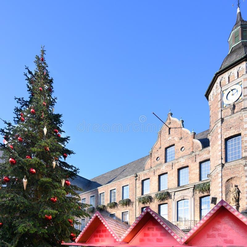 Рождественская елка с красными шариками и серебряными конусами перед городской ратушей Дюссельдорф стоковое фото