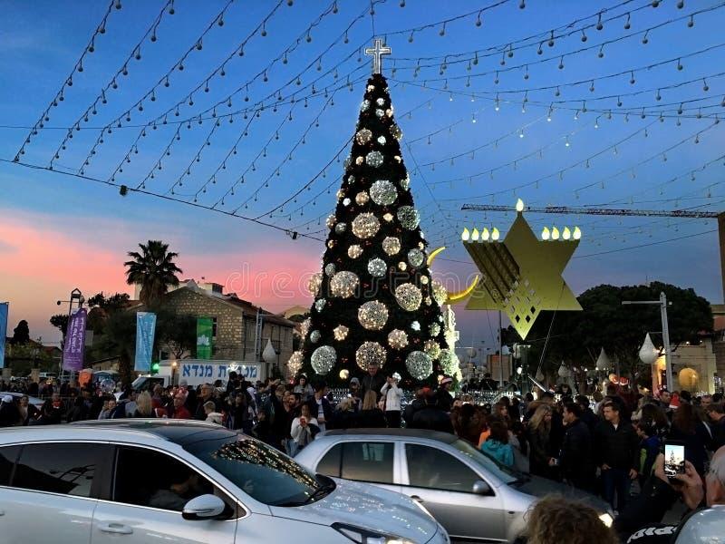 Рождественская елка с крестом, menorah и полумесяцем в городе Хайфы стоковые фотографии rf
