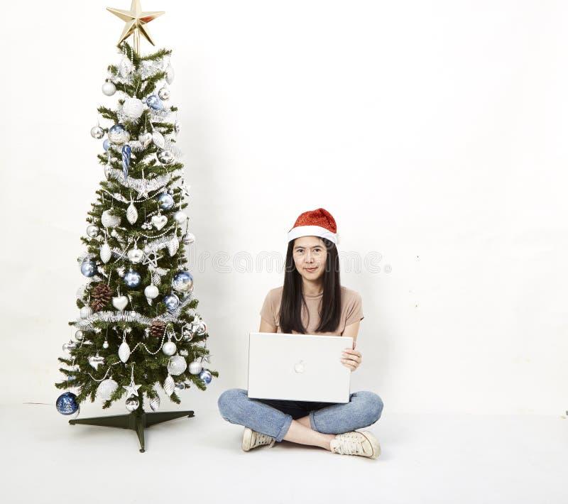 Рождественская елка с ноутбуком женщины стоковое фото rf
