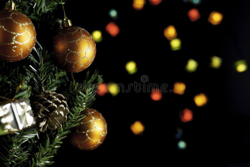 Рождественская елка с тремя рождественскими мячами и огнями стоковое изображение