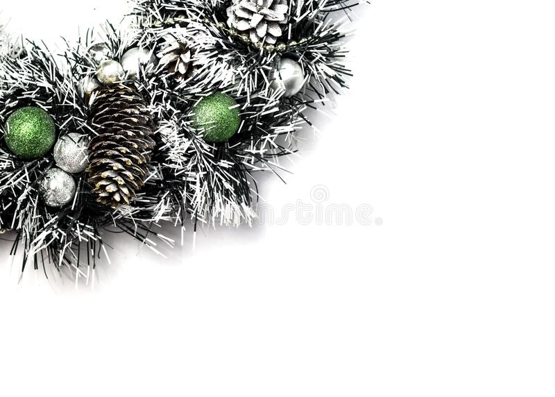 Рождественская елка с украшением шарика и конусов в искусственном снеге стоковая фотография rf