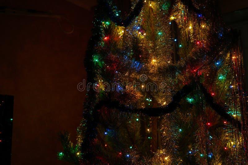 Рождественская елка с украшениями и концом-вверх гирлянды стоковое изображение