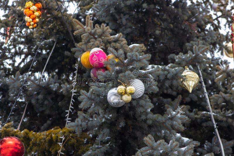 Рождественская елка украшена игрушками со снегом, на площади рождественская елка украшена снегом стоковые фотографии rf