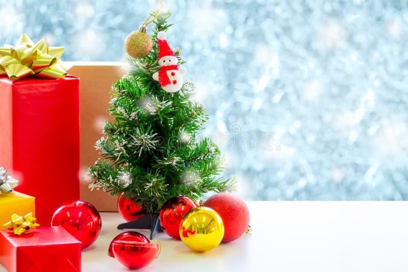 Рождественская елка украшена украшениями на снегу, падающем на задний план. стоковое фото rf