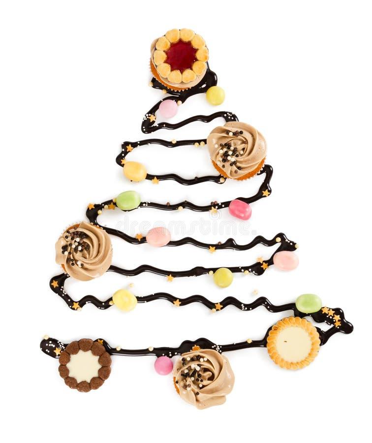 Рождественская елка шоколада с конфетами, печеньями и isol пирожных стоковые фотографии rf