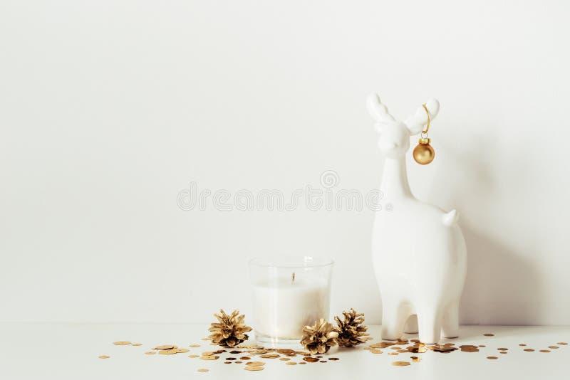 Рождественская композиция с белыми оленями, свечами и золотыми искрами Вид 'Фронт' Копировать пространство для иллюстрации стоковое изображение
