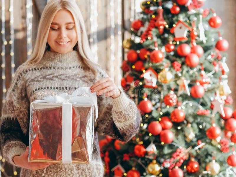 Рождественская неожиданная леди-свитер подарочная коробка ели дерево стоковые фотографии rf