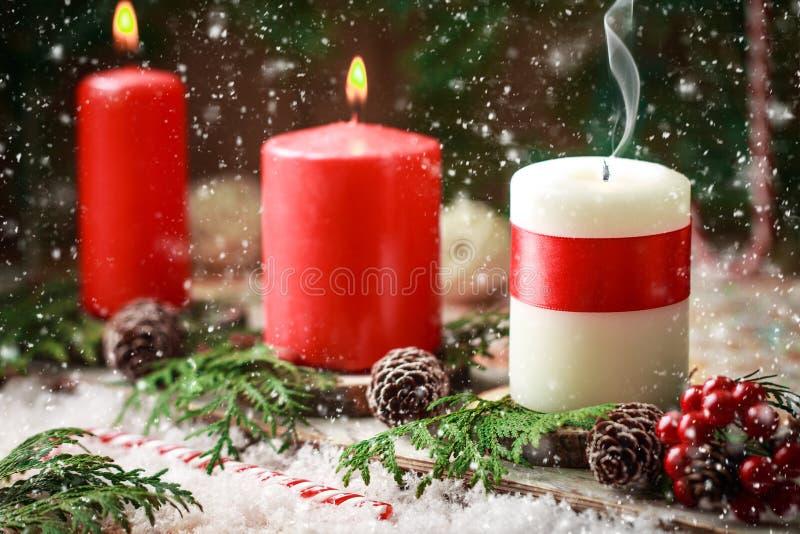 Рождественская открытка с горящими свечами и украшениями стоковые фотографии rf