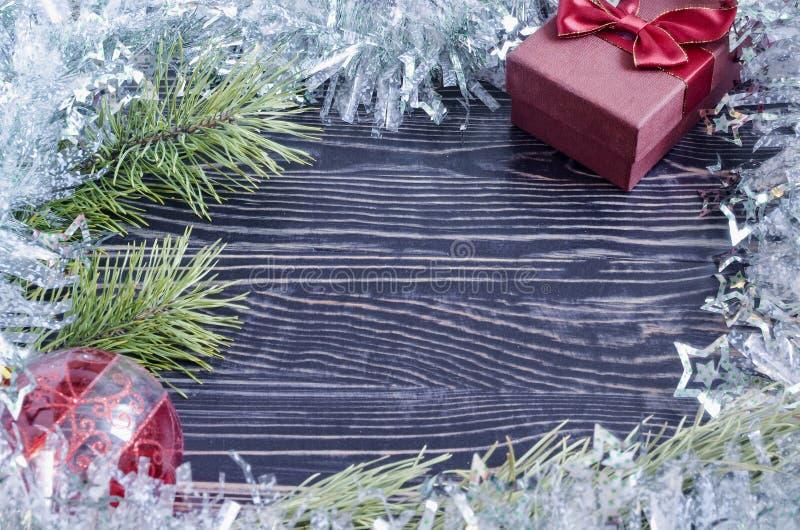 Рождественская открытка с коробкой и ветвь елевого верхнего взгляда со стороны космоса Kopi стоковые фото