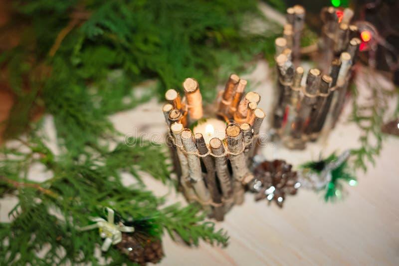 Рождественская открытка, фото, предпосылка Подсвечник сделанный из хворостин, эко-стиль, экологическое оформление diy установьте  стоковая фотография