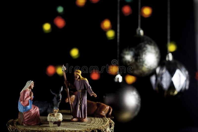 Рождественская сцена с Иисусом, Мэри и Джозефом с нефокусируемыми огнями стоковые фотографии rf