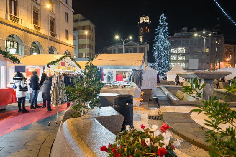 Рождественская ярмарка в вечере стоковое изображение