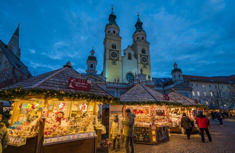 Рождественская ярмарка Bressanone в вечере Альт Адидже Trentino, северная Италия стоковое фото