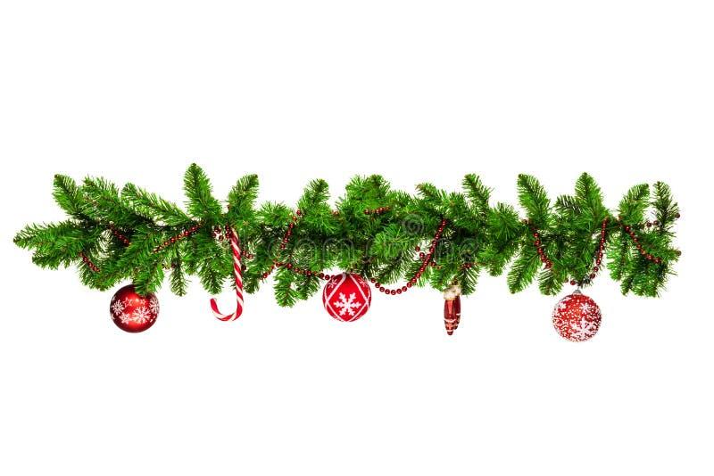рождественские ветки с красными баублами, золотыми звездами, снежинки, изолированные на белой - горизонтальной границе стоковые фото