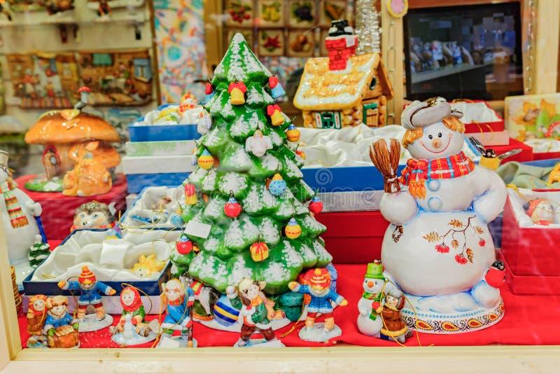 Рождественские и новогодние украшения для продажи Фестивальная ярмарка близка стоковая фотография rf