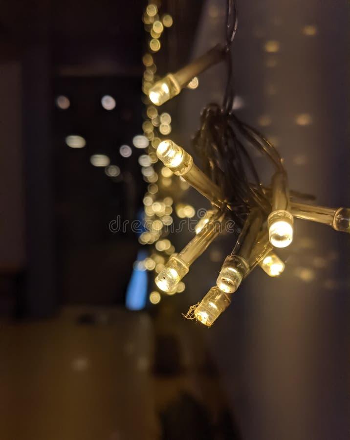 Рождественские огни в ночь рождественского праздника стоковая фотография rf