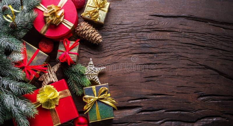 Рождественские украшения, подарочные коробки на темном деревянном столе Рождественские или новогодние праздники показывают магию  стоковые фото