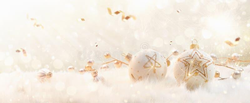 Рождественские шары со звездами Glitter и конфетти стоковые изображения rf