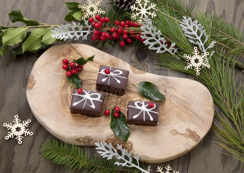 Рождественские шоколадные конфеты и красные ягоды стоковые изображения