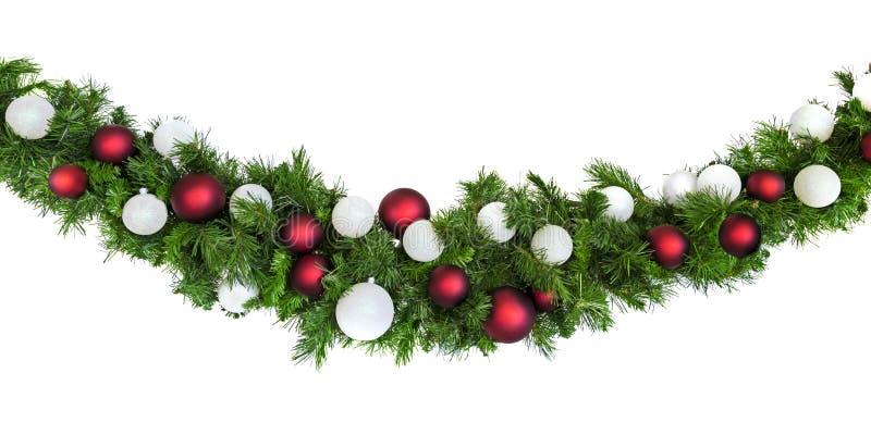 Рождественский Гарланд с красными и серебряными баублями изолирован от белых стоковые изображения