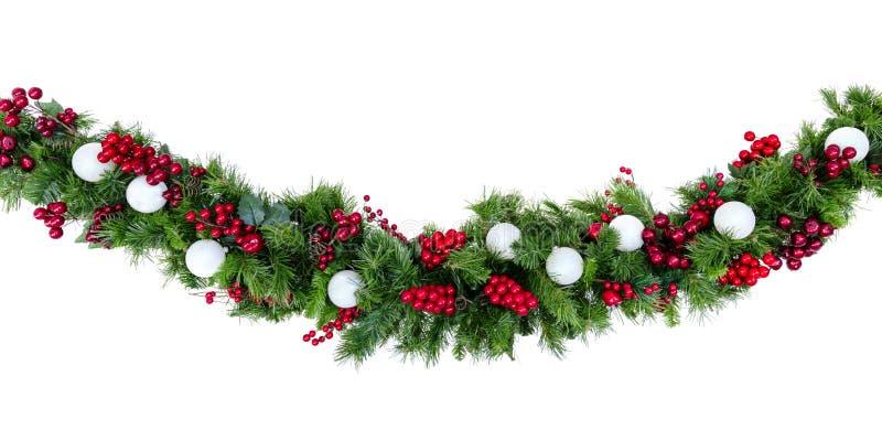 Рождественский Гарланд с красными ягодами и серебряными шариками изолирован от белых стоковое изображение