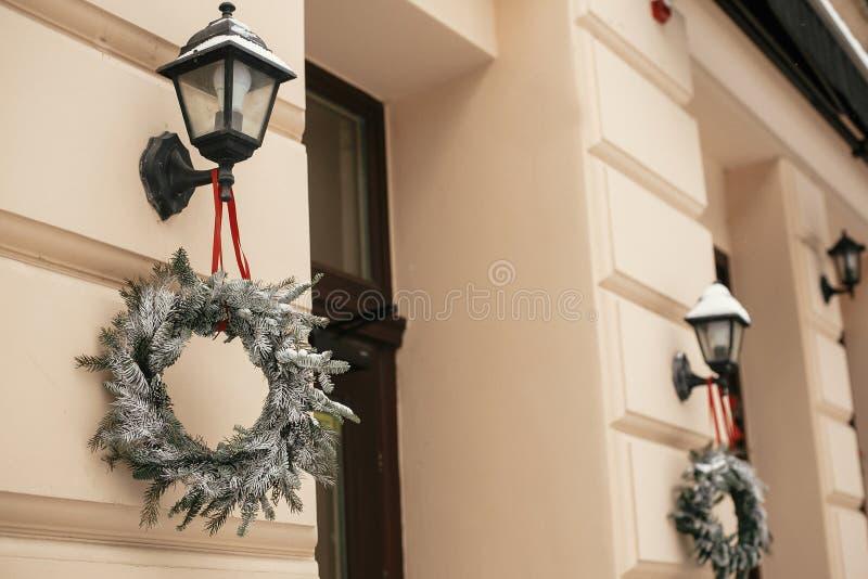 Рождественский декор улиц Стильные вишни на фонаре на улице, на рынке отдыха в городе, на улице, в старинном магазине. Пространст стоковые фотографии rf