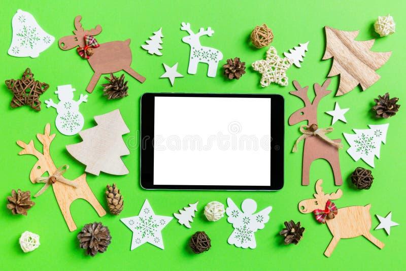 Рождественский зеленый фон с праздничными игрушками и украшениями Вид цифрового планшета сверху С Новым Годом стоковое фото rf