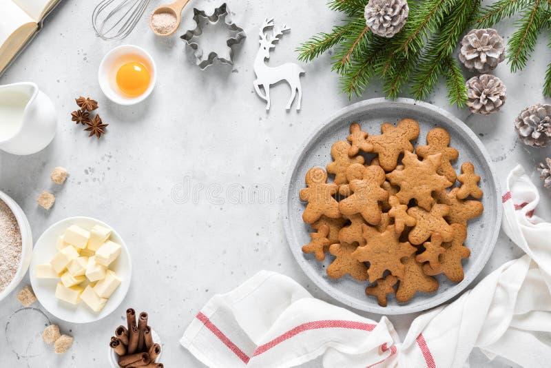 Рождественский или кремовый кулинарный фон, рецепт приготовления пищи Ксма, Ноэльские печенья на кухонном столе и ингредиенты стоковая фотография rf