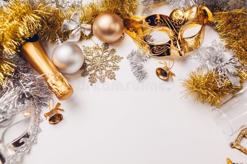 Рождественский и новогодний белый фон с шампанским, очками, серебряными и золотыми украшениями Празднование партии стоковое изображение rf