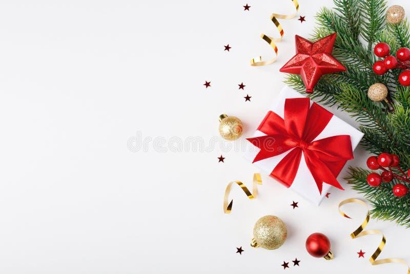 Рождественский и новогодний фон с украшениями и подарком в белой бумаге с красным носом стоковое изображение