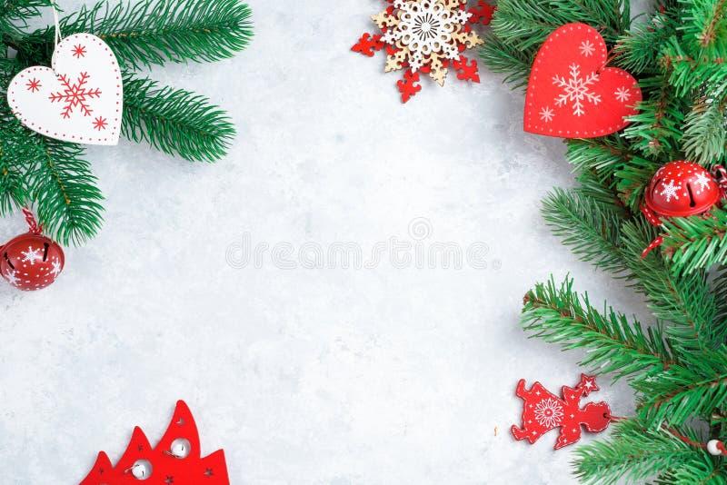 Рождественский фон в красном, белом и зеленом цветах, белое сердце, звезда и ветвь стоковое фото rf