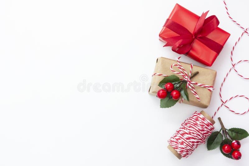 Рождественский фон Подарочные коробки, изнасилованные в бумажной бумаге на белом фоне Обтекание подарочных коробок Верхнее предст стоковые фотографии rf