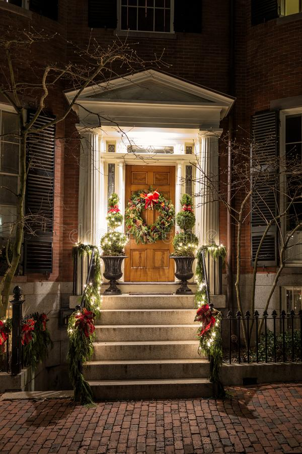 Рождественское украшение на двери стоковая фотография