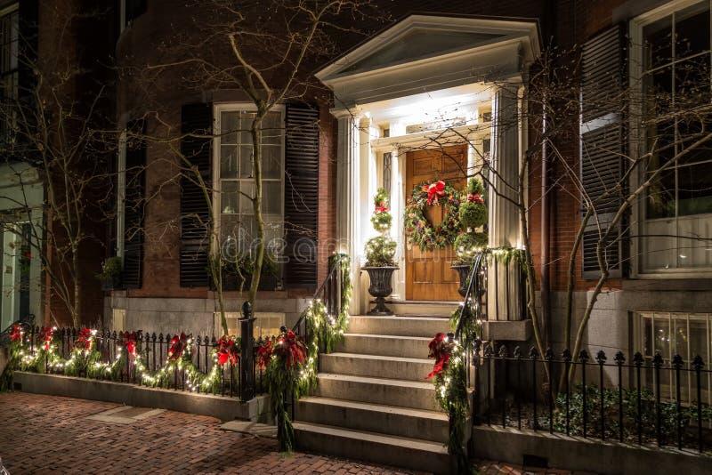 Рождественское украшение на двери стоковая фотография rf