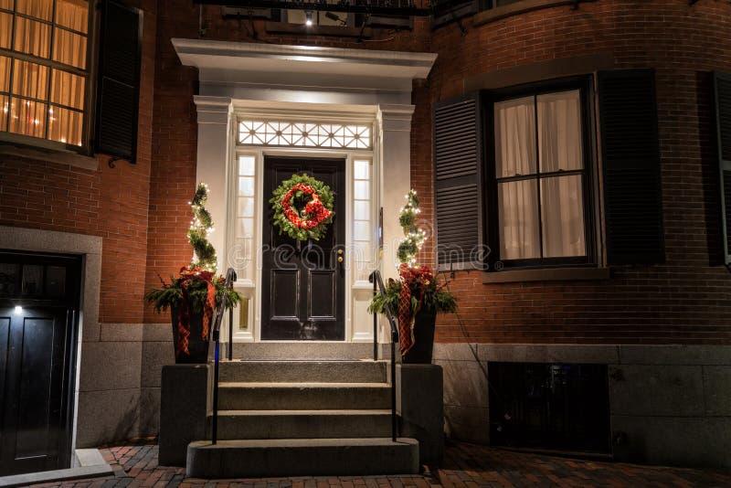 Рождественское украшение на двери стоковое изображение rf