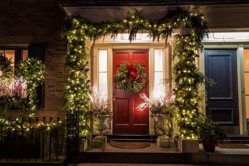Рождественское украшение на двери стоковые изображения rf