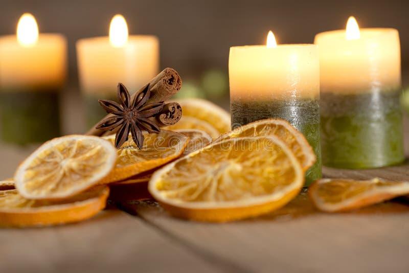 Рождественское украшение со свечами и специями - четвертое воскресенье Адвента стоковые фото